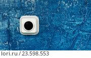 Кнопка электрического звонка на синей стене. Стоковое фото, фотограф Олег Безруков / Фотобанк Лори