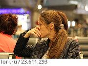 Купить «Девушка переживает за свой вылет в зале ожидания в аэропорте Внуково», фото № 23611293, снято 11 сентября 2016 г. (c) Алексей Сварцов / Фотобанк Лори