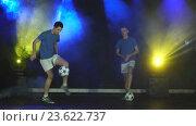 Купить «Двое молодых людей с футбольным мячом», видеоролик № 23622737, снято 20 июня 2016 г. (c) Виктор Аллин / Фотобанк Лори