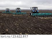 Посевные работы. Трактор работает в поле. (2015 год). Редакционное фото, фотограф Андрей Дегтярёв / Фотобанк Лори