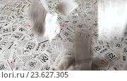 Купить «Падающие календарные листья отрывного календаря», видеоролик № 23627305, снято 17 сентября 2016 г. (c) Элина Гаревская / Фотобанк Лори