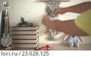 Купить «Ребенок отрывает лист с датой 24 декабря 2016 года с настенного календаря», видеоролик № 23628125, снято 22 сентября 2016 г. (c) Элина Гаревская / Фотобанк Лори
