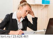 разочарована женщина ищет отчеты об ошибках, финансовый аналитик. Стоковое фото, фотограф Константин Лабунский / Фотобанк Лори