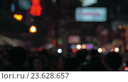 Crowd of anonymous people in night city street. Стоковое видео, видеограф Данил Руденко / Фотобанк Лори