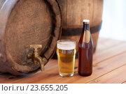 Купить «close up of old beer barrel, glass and bottle», фото № 23655205, снято 22 июля 2016 г. (c) Syda Productions / Фотобанк Лори