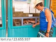 Покупка входных билетов в кассе. Соль-Илецк. Стоковое фото, фотограф Акиньшин Владимир / Фотобанк Лори