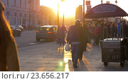 People in the street of Saint Petersburg at sunset, видеоролик № 23656217, снято 26 марта 2016 г. (c) Данил Руденко / Фотобанк Лори