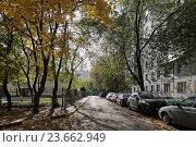 Купить «Осень во дворе, город Балашиха, Микрорайон Железнодорожный», эксклюзивное фото № 23662949, снято 2 октября 2016 г. (c) Алексей Гусев / Фотобанк Лори