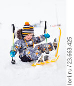 Купить «Маленький ребенок, 2,5 года, первый раз встал на лыжи и упал», фото № 23663425, снято 9 марта 2016 г. (c) Юлия Бабкина / Фотобанк Лори