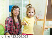 Купить «kid girl drawing on white board», фото № 23666053, снято 8 сентября 2014 г. (c) Оксана Кузьмина / Фотобанк Лори