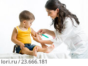 Купить «doctor injecting child», фото № 23666181, снято 3 сентября 2014 г. (c) Оксана Кузьмина / Фотобанк Лори