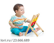 Купить «baby playing with abacus», фото № 23666689, снято 25 апреля 2014 г. (c) Оксана Кузьмина / Фотобанк Лори