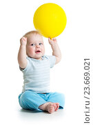 Купить «Smiling baby boy with yellow ballon in his hand isolated on white», фото № 23669021, снято 18 декабря 2013 г. (c) Оксана Кузьмина / Фотобанк Лори
