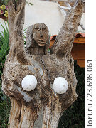 Купить «Деревянная статуя у входа в музей Homo Sapiens. Крит. Греция», фото № 23698061, снято 13 сентября 2016 г. (c) Алексей Сварцов / Фотобанк Лори