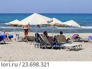 Купить «Пляж с шезлонгами на побережье острова Крит, Греция», фото № 23698321, снято 17 сентября 2016 г. (c) Алексей Сварцов / Фотобанк Лори