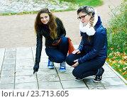 Две девушки на прогулке в осеннем парке. Стоковое фото, фотограф Елена Антипина / Фотобанк Лори