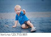 Мальчик сидит на мостовой (2016 год). Редакционное фото, фотограф Елена Ганненко / Фотобанк Лори