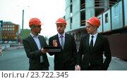 Купить «Три архитектора обсуждают новостройку», видеоролик № 23722345, снято 7 сентября 2016 г. (c) Алексей Собченко / Фотобанк Лори