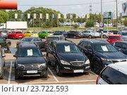 Купить «Khimki, Russia - September 12.2016. Many different cars around the salon for sale of used cars», фото № 23722593, снято 12 сентября 2016 г. (c) Володина Ольга / Фотобанк Лори