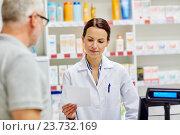 Купить «pharmacist reading prescription and senior man», фото № 23732169, снято 27 июня 2015 г. (c) Syda Productions / Фотобанк Лори