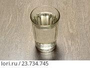 Купить «Стакан воды на деревянном столе», эксклюзивное фото № 23734745, снято 7 октября 2016 г. (c) Яна Королёва / Фотобанк Лори