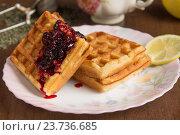 Мягкие вафли, чай и малиновое варенье. Стоковое фото, фотограф Алексей Турилов / Фотобанк Лори
