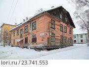 Купить «Старый аварийный дом на улице Мурманска», фото № 23741553, снято 16 февраля 2016 г. (c) Игорь Долгов / Фотобанк Лори