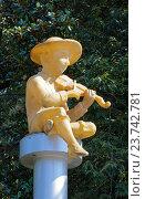 Статуя сидящего мальчика-музыканта на городском бульваре, Батуми, Грузия (2016 год). Редакционное фото, фотограф Артём Крылов / Фотобанк Лори