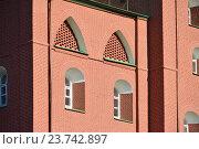 Купить «Небольшие арочные окна с глубокими нишами в толще стены Троицкой башни Московского Кремля», эксклюзивное фото № 23742897, снято 10 октября 2016 г. (c) lana1501 / Фотобанк Лори