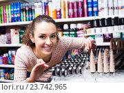 Купить «Brunette shopping in beauty store», фото № 23742965, снято 19 октября 2018 г. (c) Яков Филимонов / Фотобанк Лори
