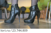 Купить «Девушка рекламирует полуботинки из кожи крокодила», видеоролик № 23744809, снято 6 октября 2016 г. (c) worker / Фотобанк Лори