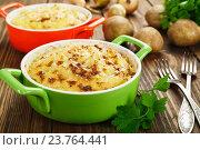 Купить «Картофельная запеканка на деревянном столе», фото № 23764441, снято 11 октября 2016 г. (c) Надежда Мишкова / Фотобанк Лори