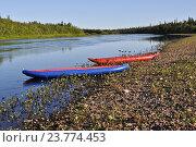 Надувные байдарки у берега уральской реки. Стоковое фото, фотограф Сергей Дрозд / Фотобанк Лори