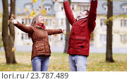 Купить «happy young couple throwing autumn leaves in park», видеоролик № 23787489, снято 12 октября 2016 г. (c) Syda Productions / Фотобанк Лори