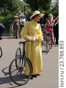 Исторический велопарад на ВДНХ. Дама в желтом платье (2016 год). Редакционное фото, фотограф Устинова Мария / Фотобанк Лори
