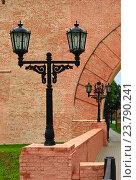 Купить «Великий Новгород. Уличный фонарь перед входом в Кремль», эксклюзивное фото № 23790241, снято 18 июля 2016 г. (c) Зобков Георгий / Фотобанк Лори