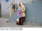 Купить «Нищая пожилая женщина просит милостыню на улице Ордынский тупик в Москве», эксклюзивное фото № 23816525, снято 8 июля 2016 г. (c) lana1501 / Фотобанк Лори
