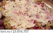 Купить «Приготовление традиционного салата - селедка под шубой», видеоролик № 23816757, снято 15 октября 2016 г. (c) Евгений Ткачёв / Фотобанк Лори