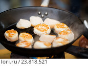 Купить «close up of scallops frying in cast iron pan», фото № 23818521, снято 11 июня 2016 г. (c) Syda Productions / Фотобанк Лори
