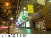 Бездомный спит возле знаменитой Галереи Лафайет, Париж, Франция (2014 год). Редакционное фото, фотограф Юрий Дмитриенко / Фотобанк Лори