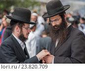 Купить «Разговор двух евреев-хасидов», фото № 23820709, снято 2 октября 2016 г. (c) Serhii Nikolaienko / Фотобанк Лори