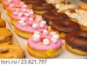 Разноцветные пончики на витрине. Стоковое фото, фотограф Елена Поминова / Фотобанк Лори