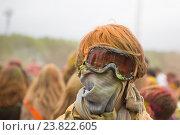 Купить «Человек в горнолыжных очках, фестиваль Holi paint party», фото № 23822605, снято 23 мая 2015 г. (c) Олег Шеломенцев / Фотобанк Лори