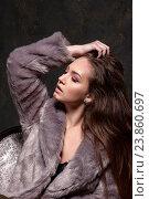 Портрет девушки-подростка в сером меховом пальто. Стоковое фото, фотограф Вячеслав Чернявский / Фотобанк Лори