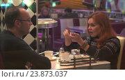 Купить «Мужчина и женщина сидят в кафе и эмоционально общаются», видеоролик № 23873037, снято 19 октября 2016 г. (c) Vladimir Botkin / Фотобанк Лори