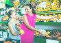 woman and girl buying peaches, фото № 23874985, снято 21 октября 2016 г. (c) Яков Филимонов / Фотобанк Лори