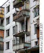Купить «Подготовленная под снос хрущевка. (Пятиэтажный пятиподъездный панельный жилой дом серии II-32, построен в 1962 году). Улица Константина Федина, 17. Район Северное Измайлово. Москва», эксклюзивное фото № 23887337, снято 9 октября 2016 г. (c) lana1501 / Фотобанк Лори