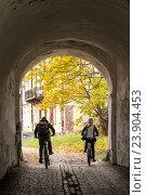 Два велосипедиста выезжают из тоннеля. Стоковое фото, фотограф Михаил Аникаев / Фотобанк Лори