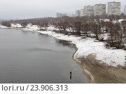 Купить «Москва река и рыбак в районе Капотни зимой», эксклюзивное фото № 23906313, снято 14 февраля 2016 г. (c) Дмитрий Неумоин / Фотобанк Лори