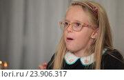 Купить «Выразительная девочка рассказывает интересную историю», видеоролик № 23906317, снято 18 октября 2016 г. (c) Швец Анастасия / Фотобанк Лори